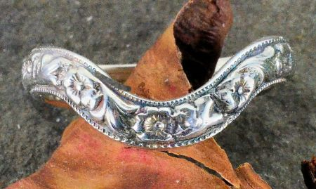 Antique Style 3.3mm Curved Floral and Foliate Wedding Band